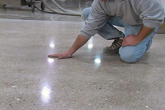 Шлифовка бетона вертолетами эмблемы бетона